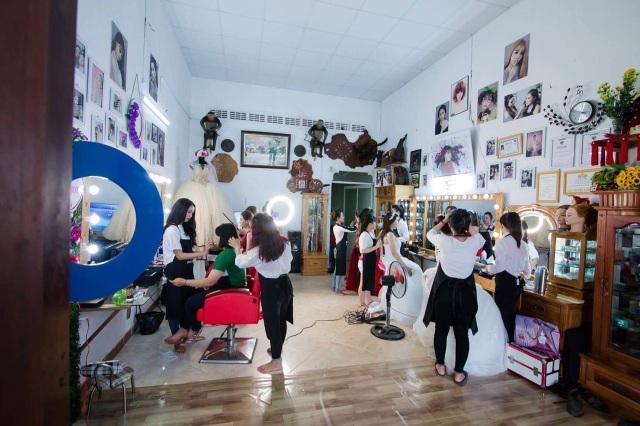 Tiệm makeup của chị Thương luôn đông khách. Nhưng đối với những cô dâu có hoàn cảnh khó khăn thì chị trang điểm miễn phí để mọi người có thể hưởng hạnh phúc trọn vẹn