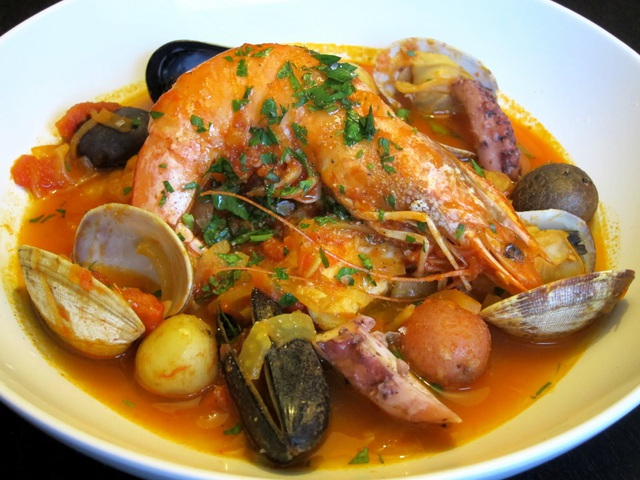 Món ăn có màu vàng đặc trưng của loại gia vị nghệ tây saffron đắt tiền