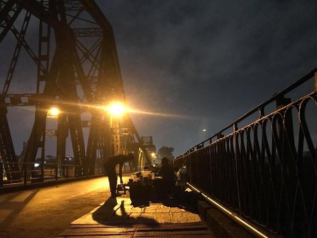 Một trong số những hàng quán mọc trên cầu Long Biên.
