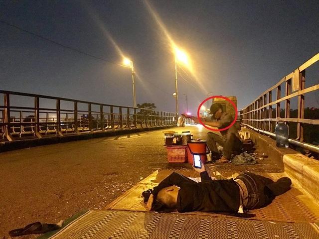 Khu vực giữa cầu Long Biên đoạn hai bên đường bị các đối tượng bán hàng chiếm đóng, trải cả chiếu ra ngay sát đường.