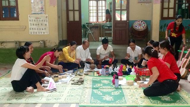Từ đầu năm học 2018-2019 đến nay, 18/18 trường mầm non trên toàn huyện nghèo Tương Dương, Nghệ An đã làm tốt công tác vận động phụ huynh cùng chung tay tạo ra các món đồ chơi hữu ích để các con học tập vui chơi trong môi trường giáo dục lành mạnh.