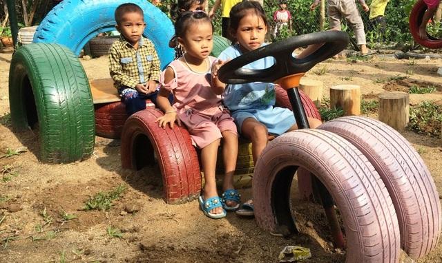 Những chiếc lốp ô tô vứt đi trở thành món đồ chơi được các em yêu thích.