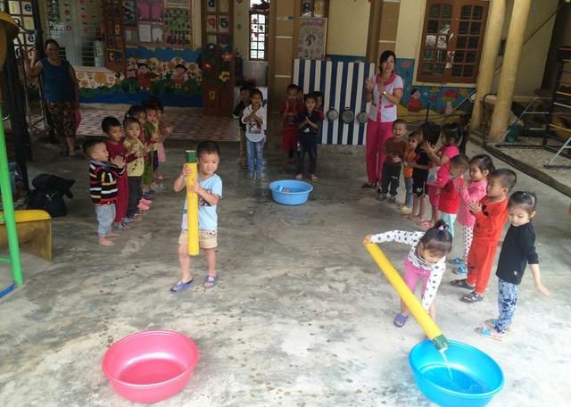 Ống lấy nước được các cô giáo cho các em thực hành. Bởi các cô hiểu hơn ai hết, ngoài việc học các em khi trở về nhà con phải đi lấy nước ở khe suối về cho gia đình.