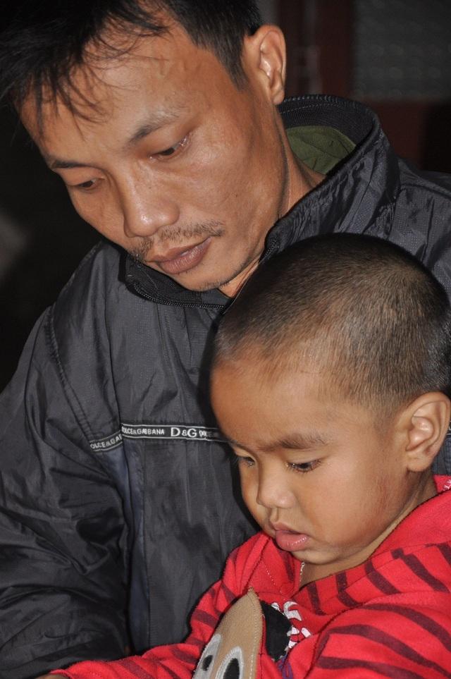 Anh Hiền bố của bé Bảo Nam mới phẫu thuật vì ngã giàn giáo khi đang đi làm thuê.