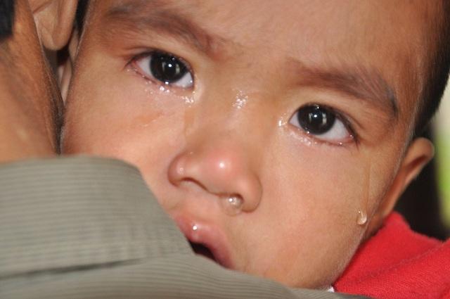 Nước mắt em giàn giụa, đau đớn.