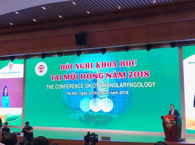 Thiếu tướng, GS.TS Mai Hồng Bàng chia sẻ về trường hợp nữ bác sĩ trẻ (áo xanh trên màn hình) bị điếc sau khi lây qua bị từ bệnh nhân đã nghe lại được sau khi cấy điện cực ốc tai tại BV Trung ương quân đội 108.