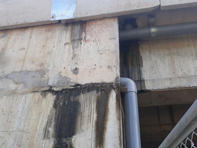 Nước mưa chảy thành dòng tại vị trí phễu thu nước cầu VD09B. Theo thông tin vừa được VEC phát đi, nguyên nhân gây thấm tại cầu VD09B là do hệ thống thoát nước mặt cầu chưa hoàn thiện nên tại một số vị trí phễu thu nước và ống nhựa dẫn nước chưa đảm bảo kín khít. Về việc thấm nước tại hầm chui dân sinh (Km106+730), qua kiểm tra cho thấy nguyên nhân là do băng cản nước được bố trí giữa 2 thân đốt hầm trong quá trình thi công bị xô lệch, gây nên hiện tượng rò rỉ nước từ đỉnh hầm chui. Tuy nhiên, ghi nhận tại hiện trường cho thấy vệt thấm nước xuất hiện ở nhiều vị trí.