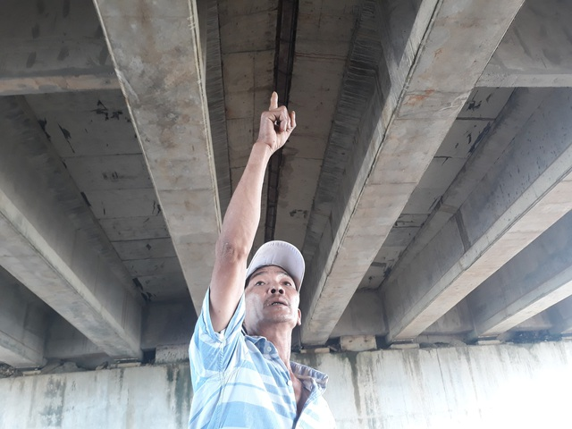 Vị trí giữa cầu VD09B (tương ứng với vị trí dải phân cách trên mặt đường) và một số điểm trên cầu chui cũng xuất hiện vết thấm. Riêng vị trí giữa cầu VD09B, nước vẫn còn nhỏ giọt dù nhiều ngày không có mưa lớn. Ngay giữa cầu vượt vẫn thấm, chỗ này mưa lớn là nước chảy xuống thấy rõ, ông Nguyễn Vũ (thôn Phú Lễ 1, xã Bình Trung, huyện Bình Sơn) cho biết.