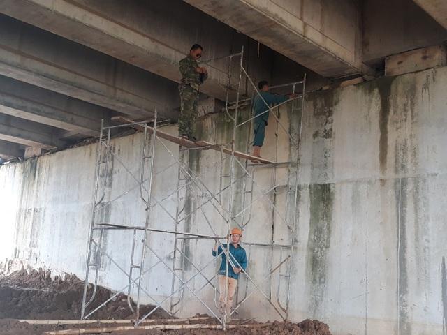 Hàng loạt vết thấm xuất hiện trên tường bê tông. Vào sáng 22/10, nhiều công nhân đang chuẩn bị khắc phục sự cố thấm nước tại cầu VD09B.