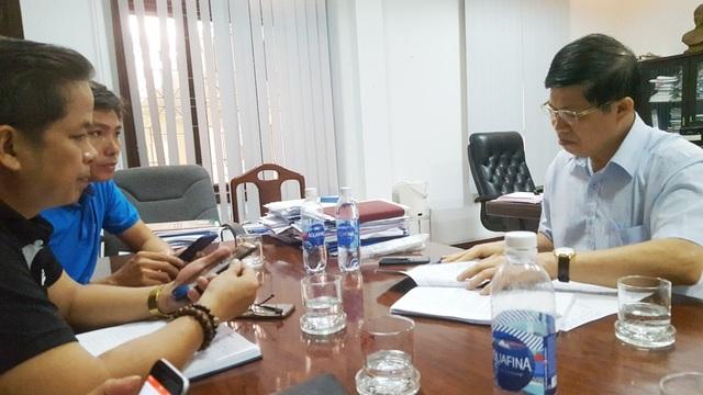 TS. Phạm Văn Hùng, Giám đốc Sở Giáo dục & Đào tạo tỉnh Thừa Thiên Huế (phải) làm việc với các báo