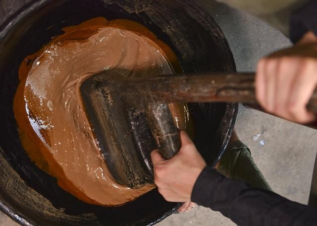 Loại sơn tốt nhất để vẽ sơn mài ở Việt Nam được khai thác từ cây sơn trồng ở đồi đất tỉnh Phú Thọ. Đặc biệt để sơn mịn có thể bám tốt nhất trên ốp điện thoại thì sơn phải được khấy liên tục trong 3 ngày và mỗi ngày 8 tiếng.