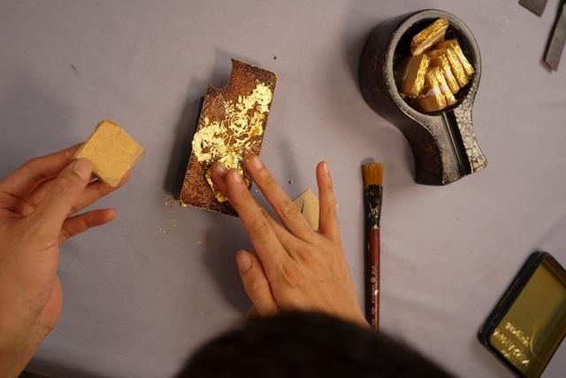 Vàng lá cũng là một nguyên liệu đặc biệt để làm ra những chiếc ốp điện thoại độc đáo. Những chiếc ốp dát vàng có giá lên tới cả triệu đồng.