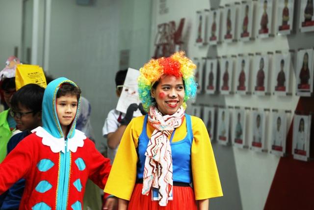 Cùng với các bộ trang phục kỳ quái, học sinh và thầy cô khéo léo kết hợp với các phụ kiện đi kèm như: tóc giả, tất độc đáo và đầy màu sắc