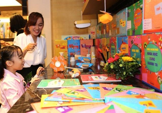 Học sinh hứng thú với khu trưng bày sản phẩm, đồ dùng học tập, chương trình học của Dongsim Kindergarten.