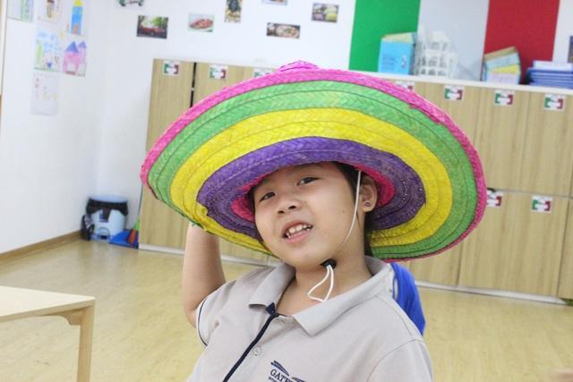 """Những chiếc mũ được thiết kế độc đáo, có một không hai được các học sinh lựa chọn trong ngày hội """"Crazy Hat Day"""""""