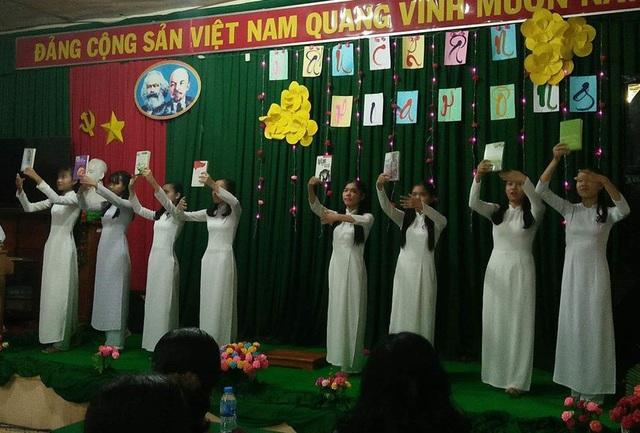Học trò trường làng THPT Nguyễn Thông, Vĩnh Long múa bài Khát vọng với sách để tri ân, tưởng nhớ thầy giáo Huỳnh Văn Thế.