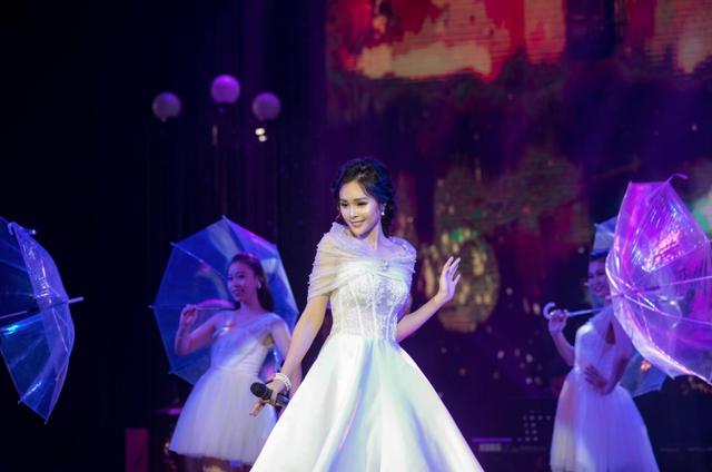 """Trong phần trình diễn của mình, Lê Trinh đã cho thấy sự đầu tư và sáng tạo khi ngoài band nhạc của chương trình, cô đã mời riêng cho mình band nhạc Acoustic lên sân khấu để hỗ trợ đệm cho cô ca khúc """"Người tình mùa đông"""" nổi tiếng."""