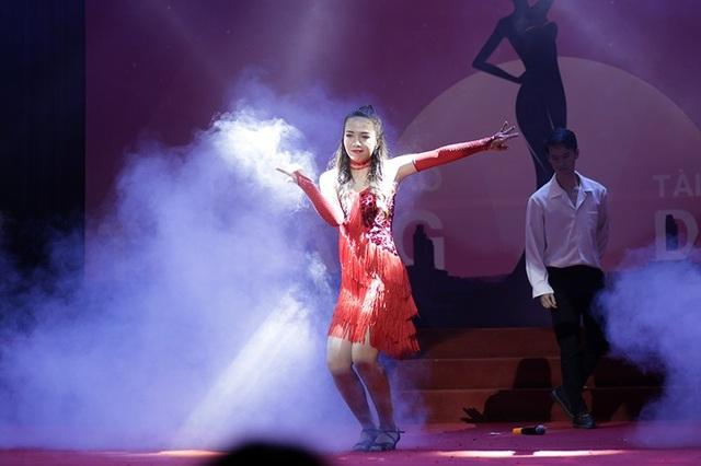 Thí sinh Nguyễn Thu Hiền thể hiện khả năng hát tiếng Anh cùng những bước nhảy dancesport