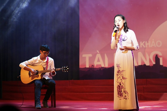 Nguyễn Thị Quỳnh Trang khiến toàn bộ khán phòng lặng đi khi khoe giọng hát ngọt ngào qua ca khúc Mẹ tôi đầy xúc động.