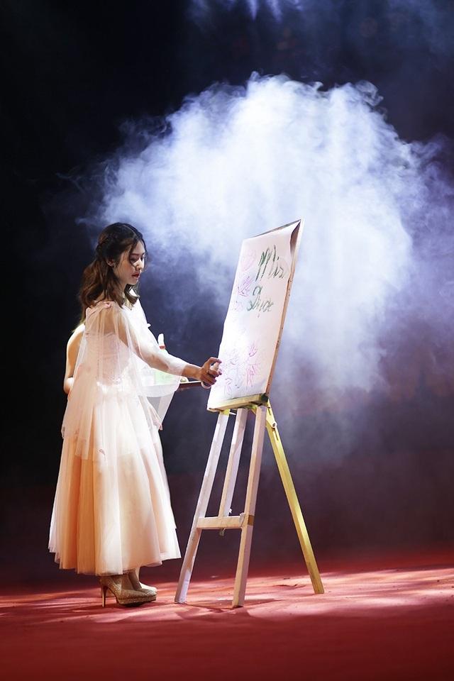 """Đỗ Khánh Linh tận dụng những kiến thức hóa học, vẽ nên bức tranh """"ẩn"""" và chỉ hiện ra từ từ khi cô phun hóa chất lên bề mặt, khiến nhiều khán giả và ban giám khảo ngỡ ngàng, thích thú."""