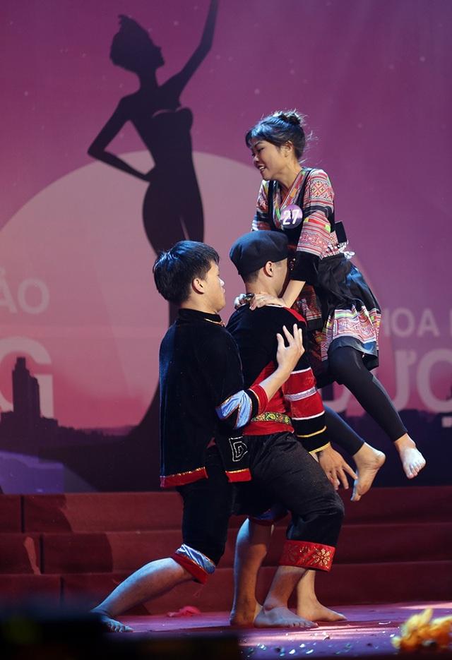 Động tác nhảy lên cao rồi kẹp cổ quật ngã đối phương của nữ sinh khiến toàn bộ khán giả phấn khích, đứng lên cổ vũ.