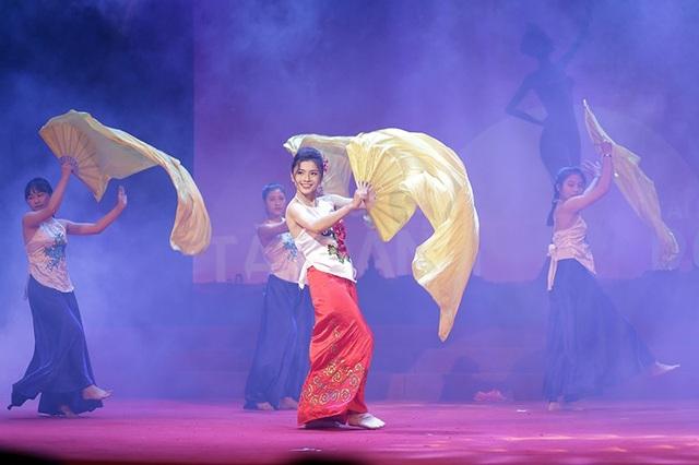 Đỗ Phương Loan mở màn đêm thi với tiết mục múa Bèo dạt mây trôi vô cùng uyển chuyển, khoe trọn vẹn nét đẹp hình thể và gương mặt xinh đẹp