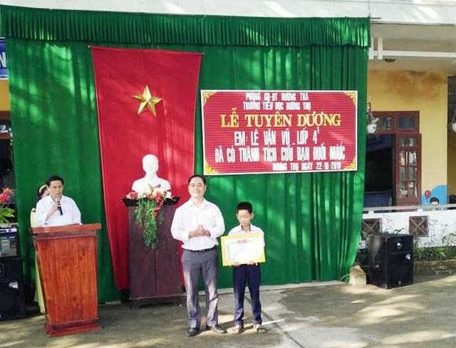 Em Lê Văn Vũ trong lễ tuyên dương đã có thành tích cứu bạn đuối nước