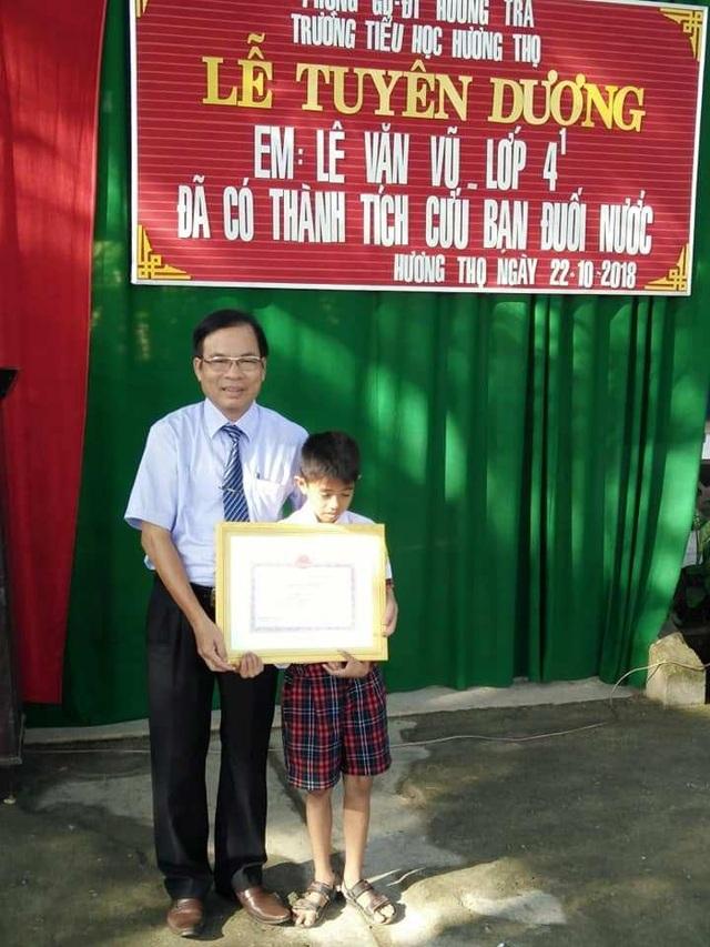 Thầy giáo Đặng Phước Mỹ, Phó Giám đốc Sở Giáo dục và Đào tạo tỉnh Thừa Thiên Huế tặng bằng khen của Chủ tịch UBND tỉnh cho em Lê Văn Vũ