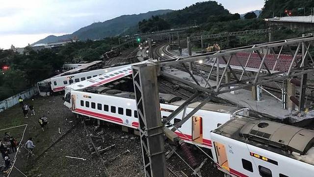 5 trong số 8 toa tầu bị trật khỏi đường ray. (Ảnh: Facebook)