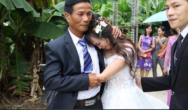 Rơi nước mắt với khoảnh khắc cô dâu bịn rịn chia tay người thân trong đám cưới - 1