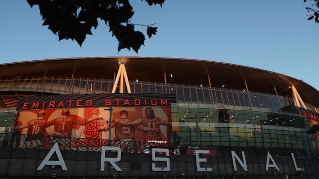 Emirates rực rỡ trước giờ bóng lăn