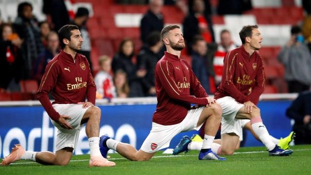Các cầu thủ Arsenal khởi động trước trận đấu, cả Mkhitaryan Mustafi và Lichtsteiner đều được đá chính ở trận đấu này