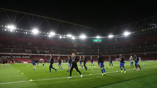 Các cầu thủ Leicester khởi động trước trận đấu, Bày cáo chưa từng hòa sau tám trận đấu của Premier League tính tới trước chuyến làm khách ở Emirates, họ thắng 4, thua 4