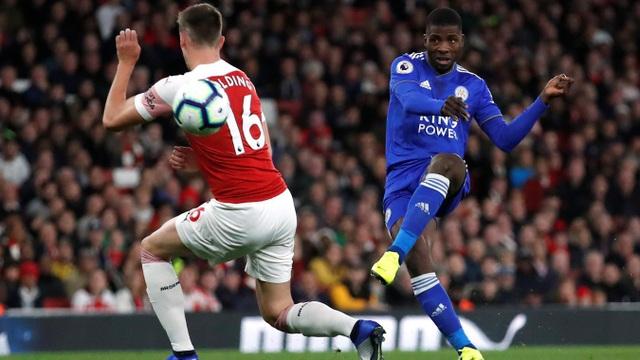 Holding (trái) ngăn cản pha sút bóng của đối thủ, hậu vệ trẻ người Anh cũng có cơ hội ra sân khi hàng thủ của Arsenal bị thiếu hụt nghiêm trọng về nhân sự