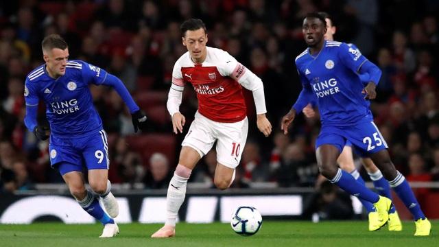 Ozil được Emery trao băng đội trưởng Arsenal, tiền vệ người Đức thi đấu rất năng nổ