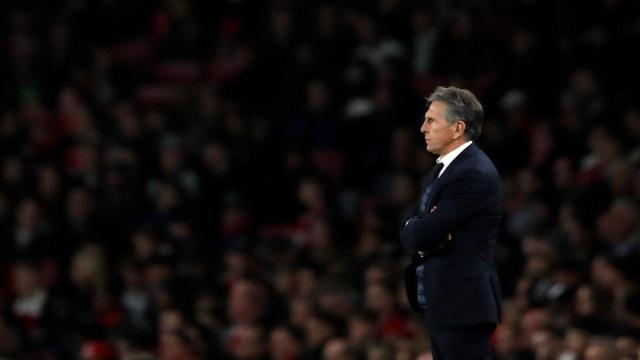 Puel đứng theo dõi học trò thi đấu, Leicester vẫn trung thành với lối chơi tấn công dù họ kiểm soát bóng ít hơn đối thủ