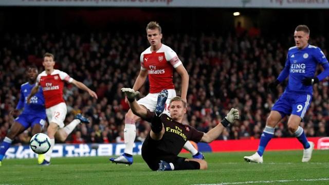Phút 31, tình huống chạm chân làm đổi hướng bóng của Bellerin đã hạ gục Leno khi thủ thành người Đức băng ra để cản pha căng bóng của Chidwell, Leicester mở tỉ số trận đấu rất bất ngờ