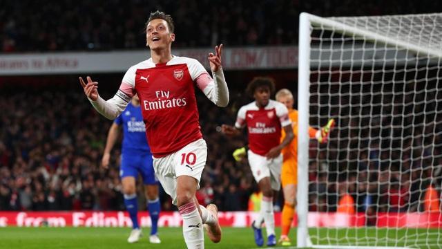 Tuy nhiên, Ozil đã giúp Arsenal gỡ hòa trước khi bước vào giờ nghỉ