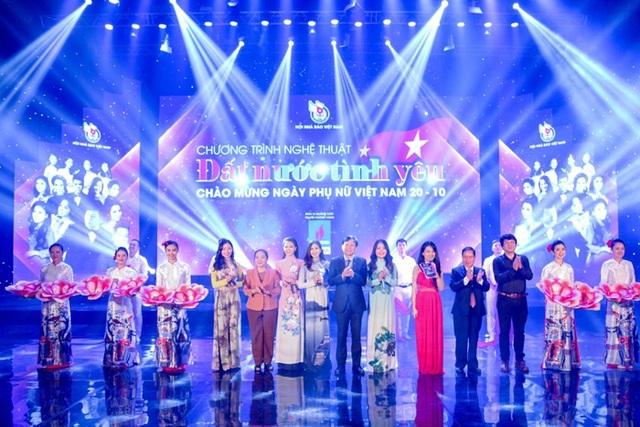 """Chương trình """"Đất nước tình yêu"""" được tổ chức mừng ngày Phụ nữ Việt Nam"""