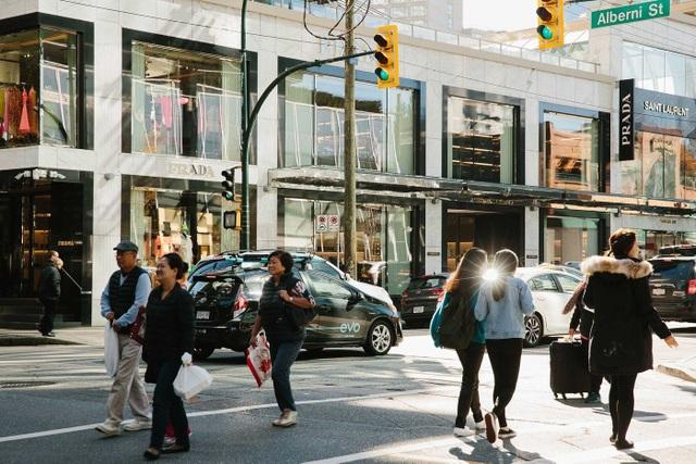Những người mua sắm tại phố Alberni, Vancouver (Ảnh: Bloomberg)