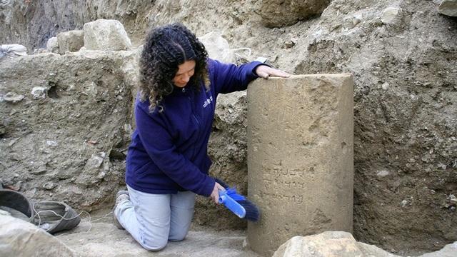 Cột đá cổ có khắc chữ cực hiếm giai đoạn Đền thứ hai (Second Temple).