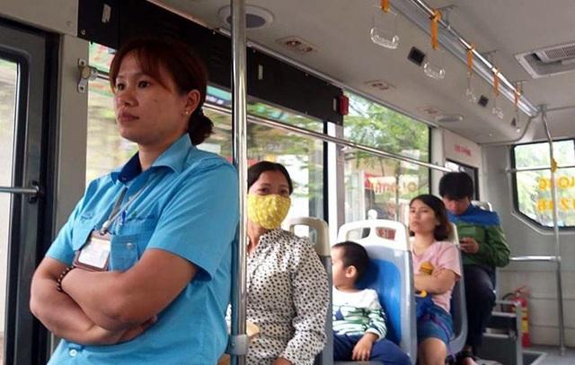 Chị Lê Thị Ngọc Ánh - phụ xe buýt tuyến 106, tỏ ra e ngại trước sự bạo dạn và lối sống gấp của một bộ phận giới trẻ hiện nay.