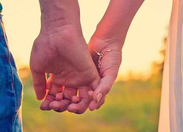 Cách nắm tay tiết lộ gì về mối quan hệ của bạn? - 1