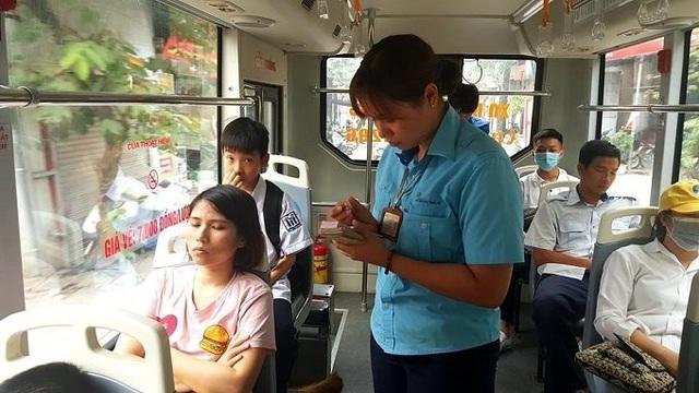 Theo nữ phụ xe, có những cặp đôi vô tư sờ mó nhau khi hàng ghế bên cạnh là các bác, các bà.