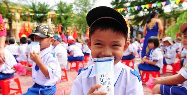 """""""Làm ly sữa học đường bằng trái tim và tấm lòng người mẹ"""" là tâm huyết của bà Thái Hương khi quyết tâm khởi xướng và đồng hành cùng chương trình Sữa học đường Quốc gia."""