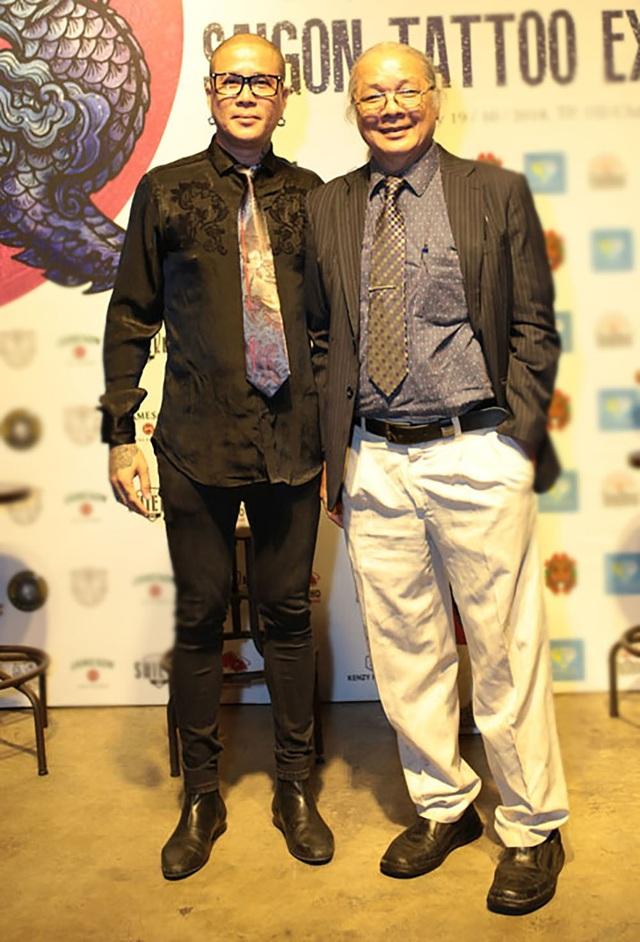 Ông Huỳnh Văn Mười (phải) – Chủ tịch Hội Mỹ thuật TPHCM, Trưởng khoa Hội họa và Khoa Mỹ thuật Ứng dụng Trường Đại học Mỹ Thuật TPHCM và Danis Nguyễn - Top 100 nghệ nhân xăm mình thế giới, 1 trong 16 nghệ nhân Châu Á được giới thiệu trong The World Atlas of Tattoo.