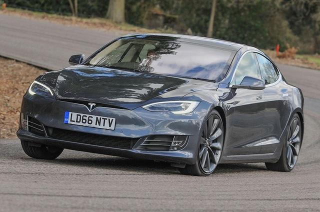 Xe Tesla không còn tính năng tự lái - 1