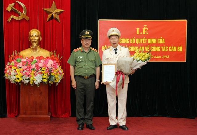 Thứ trưởng Nguyễn Văn Thành trao Quyết định điều động cán bộ của Bộ trưởng Bộ Công an cho Đại tá Đỗ Văn Hoành.