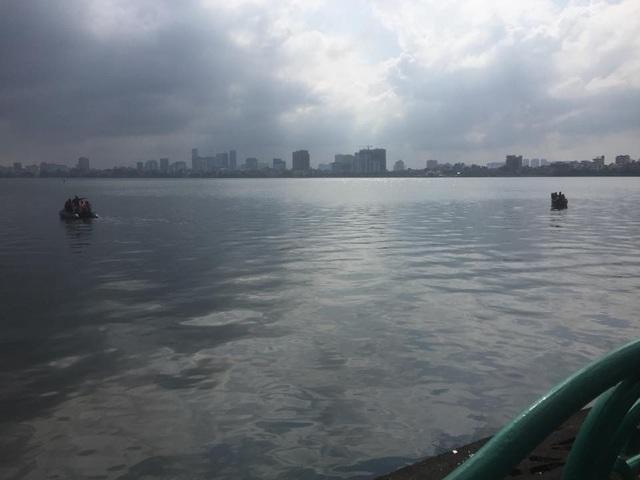 Lực lượng cứu hộ, cứu nạn tìm kiếm nạn nhân trên Hồ Tây.