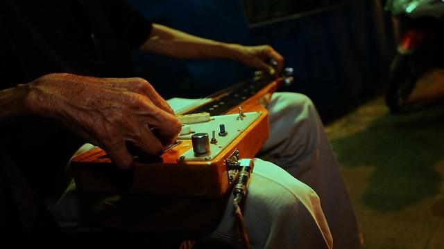 Đôi tay gầy guộc này hàng đêm vẫn dâng tặng những âm thanh trầm bổng khác lạ của cây đàn Hạ Uy Di cho người qua kẻ lại. Ông đàn cho những ai muốn nghe, ông đàn để đi tìm những tâm hồn đồng điệu. Có lẽ vì thế, ông trở thành người nhạc sĩ cô đơn ở nơi tấp nập người qua kẻ lại thế này.